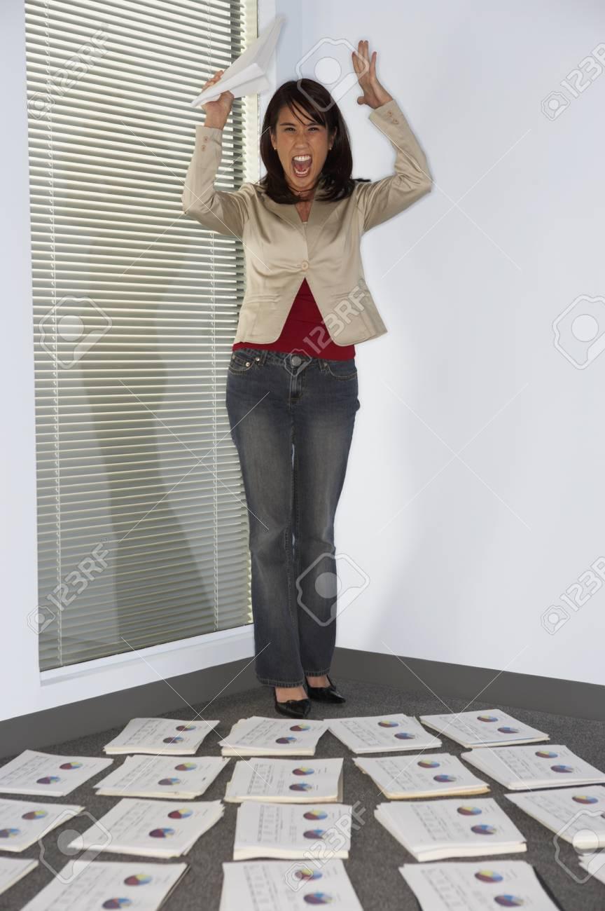 Businesswoman throwing up her hands - 107934403