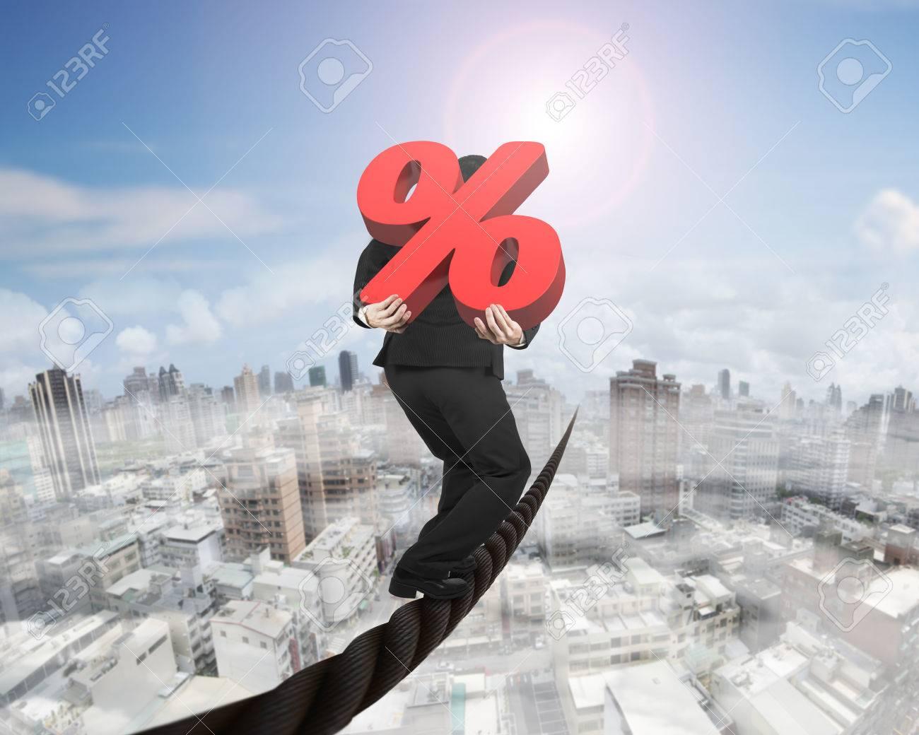 Geschäftsmann Mit 3D-roten Prozentzeichen Balancieren Auf Einem ...