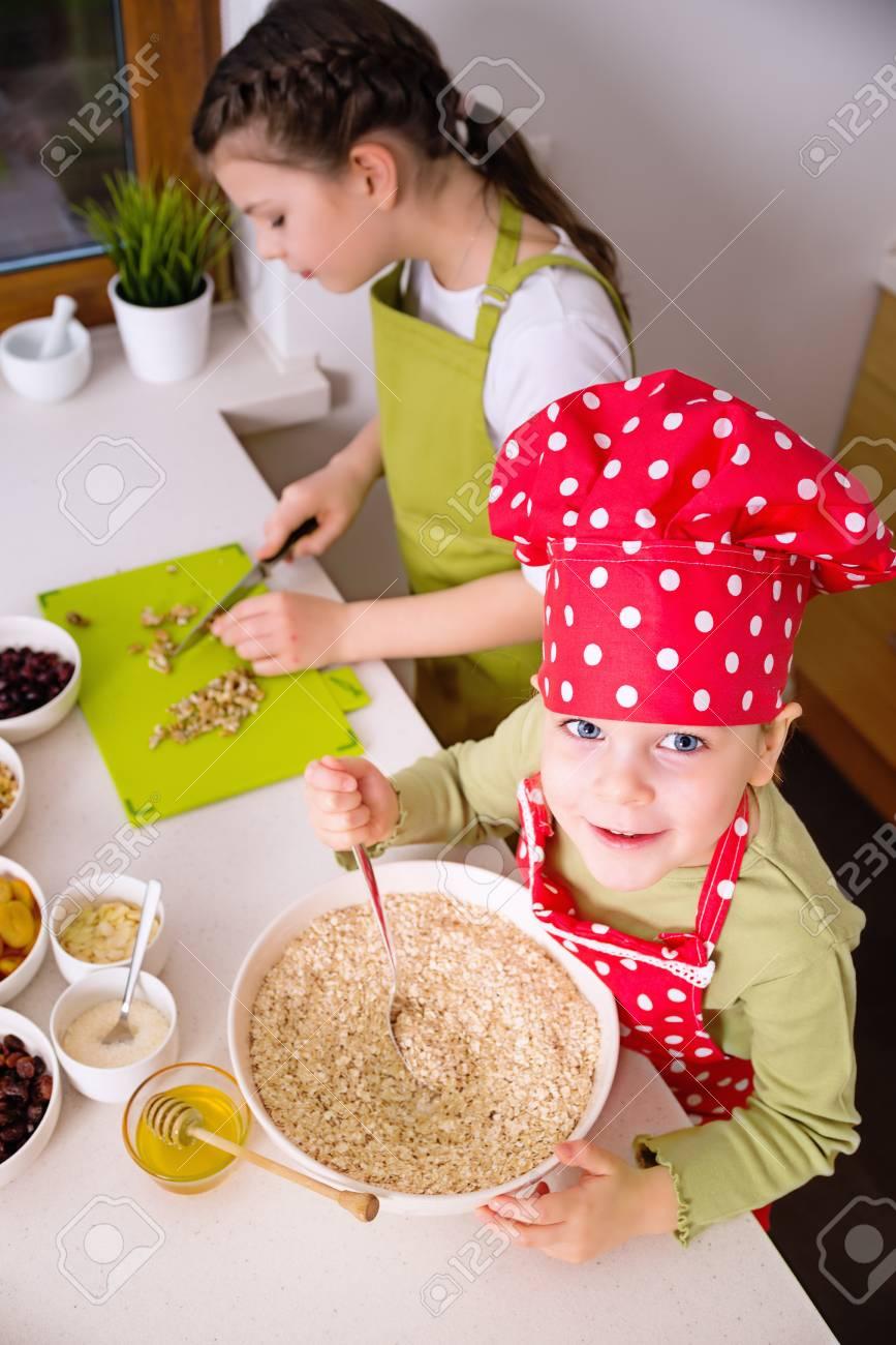 Amazing Foto De Archivo   Hermanas Felices Cocinar Juntos. Los Niños Pequeños De La  Familia Niños Felices Divirtiéndose Preparar Granola En La Cocina En El  Hogar