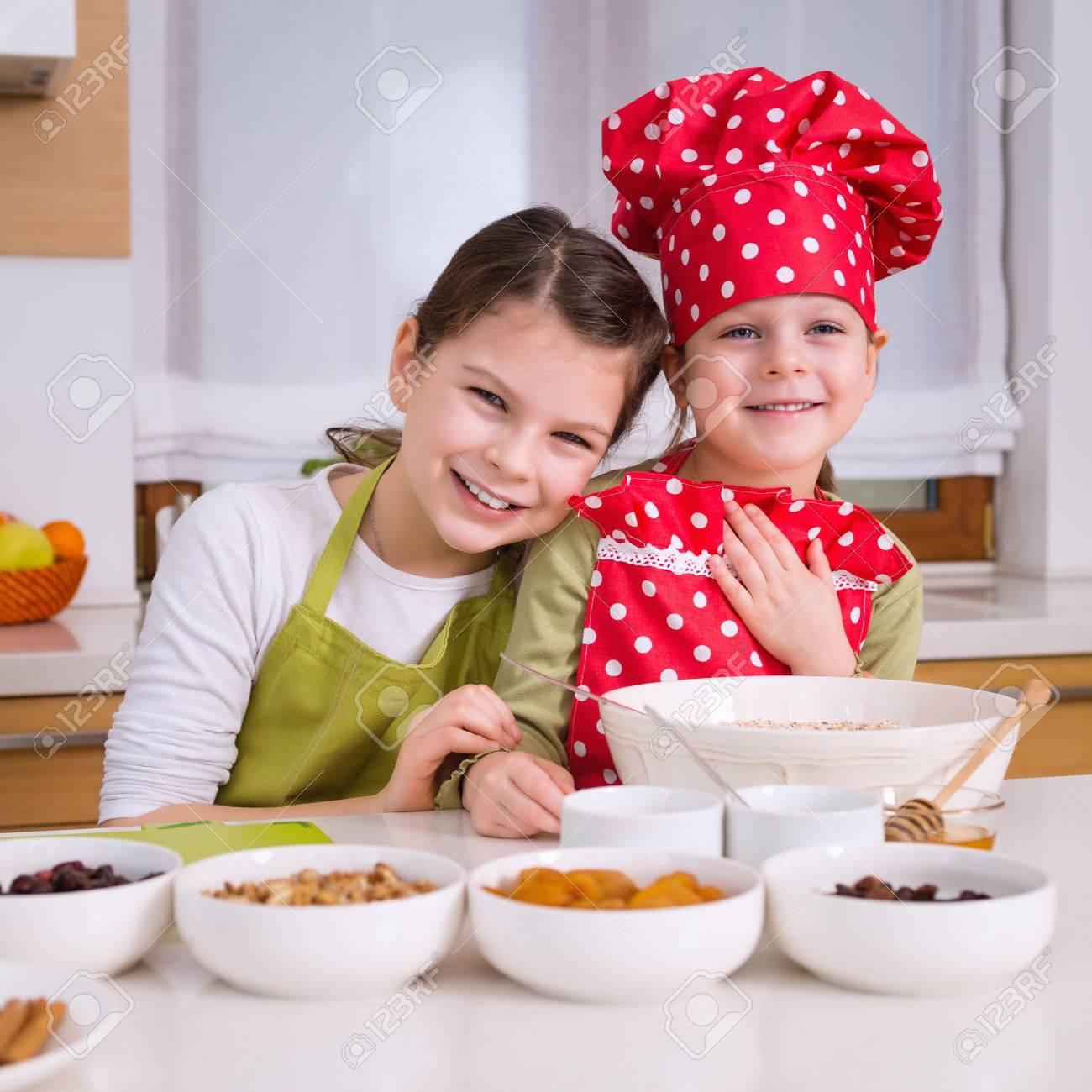 Great Foto De Archivo   Hermanas Felices Cocinar Juntos. Los Niños Pequeños De La  Familia Niños Felices Divirtiéndose Preparar Granola En La Cocina En El  Hogar