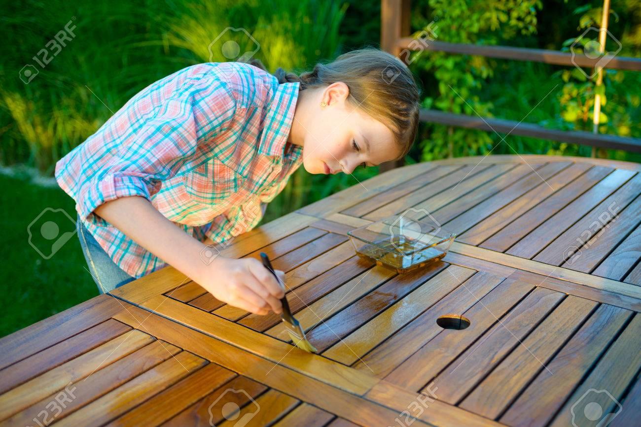 Jolie Jeune Fille Tenant Une Brosse à Appliquer Une Peinture De ...
