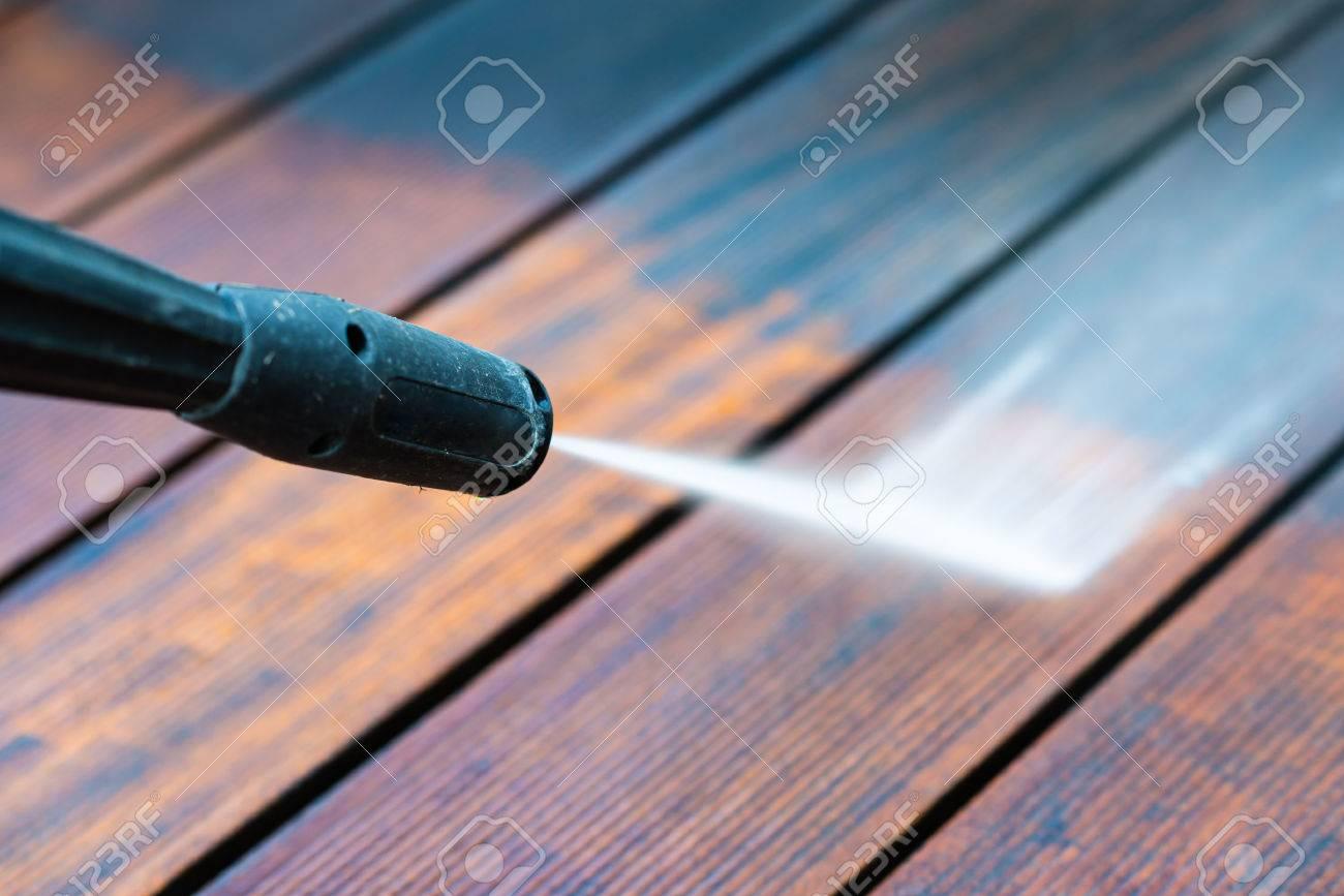Limpieza De La Terraza Con Una Lavadora De Potencia Limpiador De Alta Presión De Agua Sobre La Superficie De La Terraza De Madera Se Centran En El