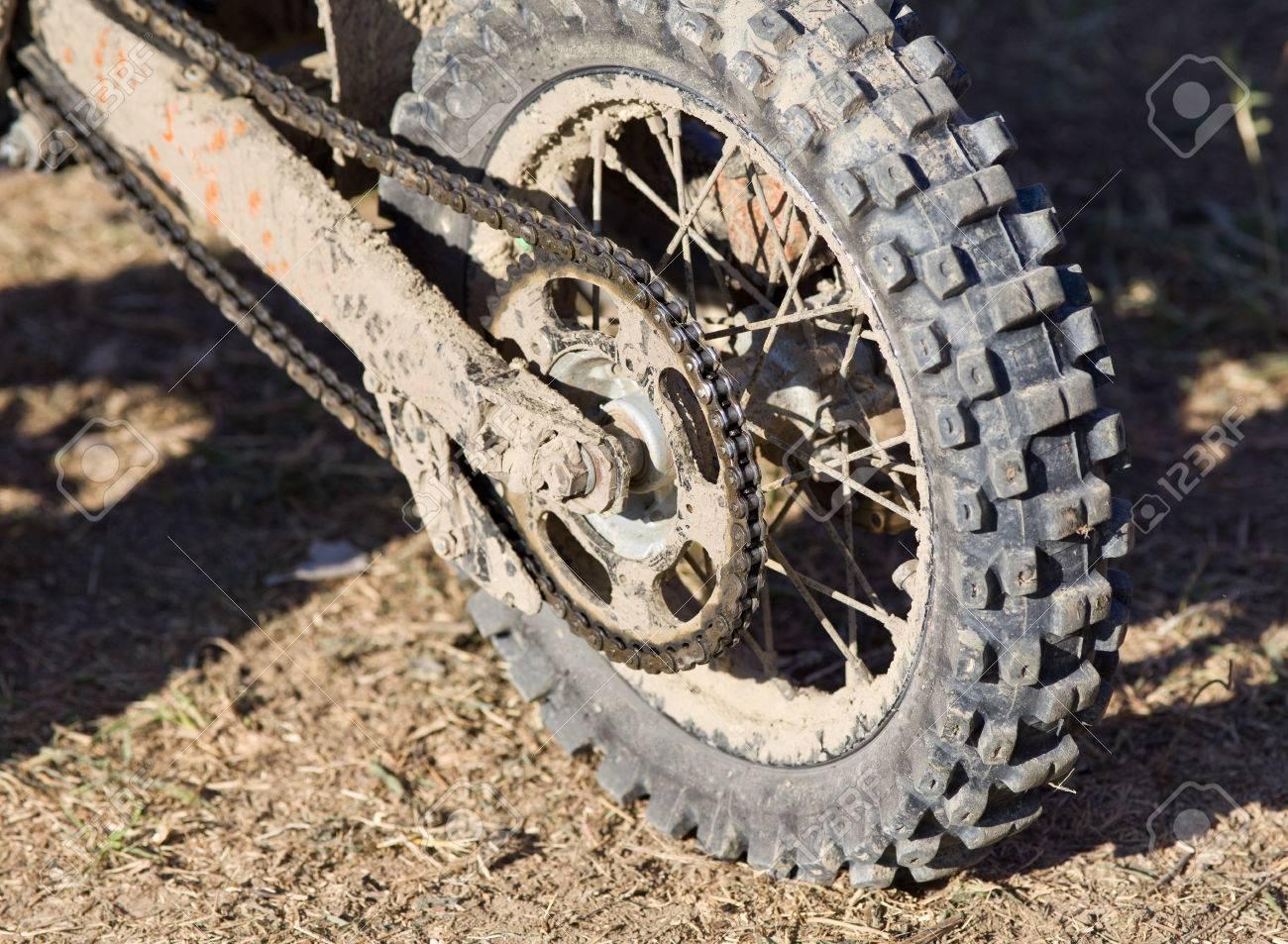 Close Up De Boue Pneu Moto Apres La Course Tout Terrain