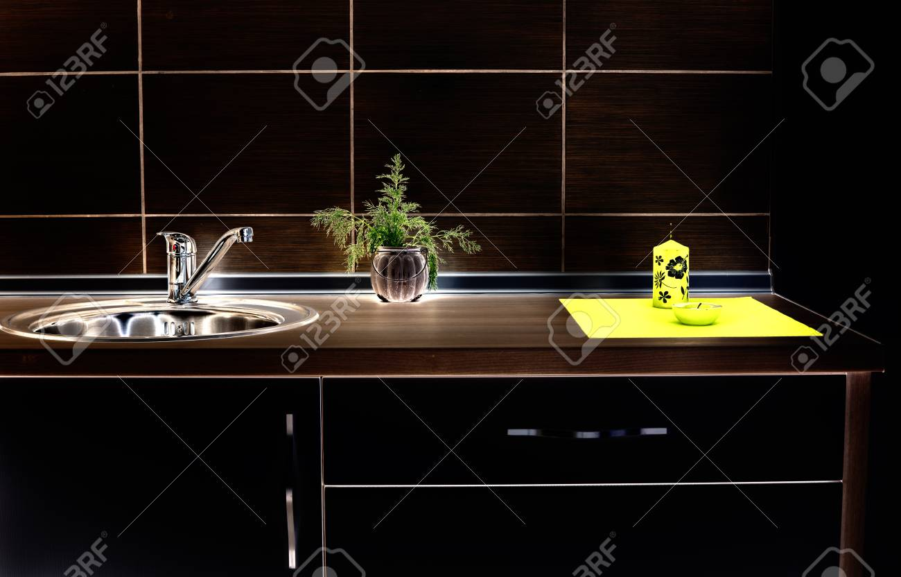 Comptoir De Cuisine Avec Tapis Decoratif Bougies Et Herbes