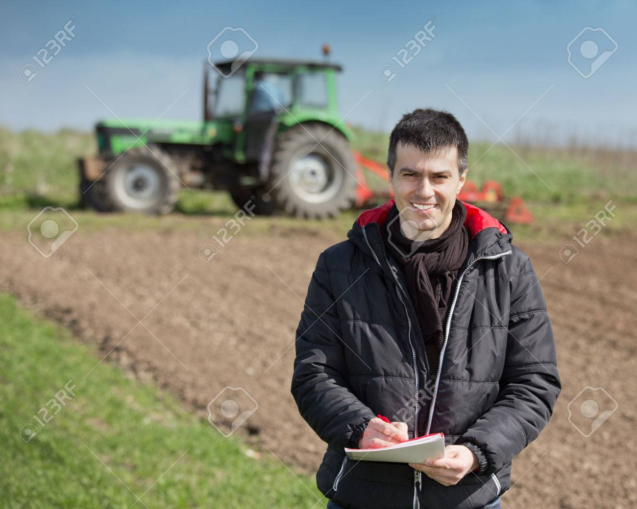 Junger landwirt bei der arbeit  Junger Landwirt Überwachung Der Arbeiten Und Schreiben Von Notizen ...