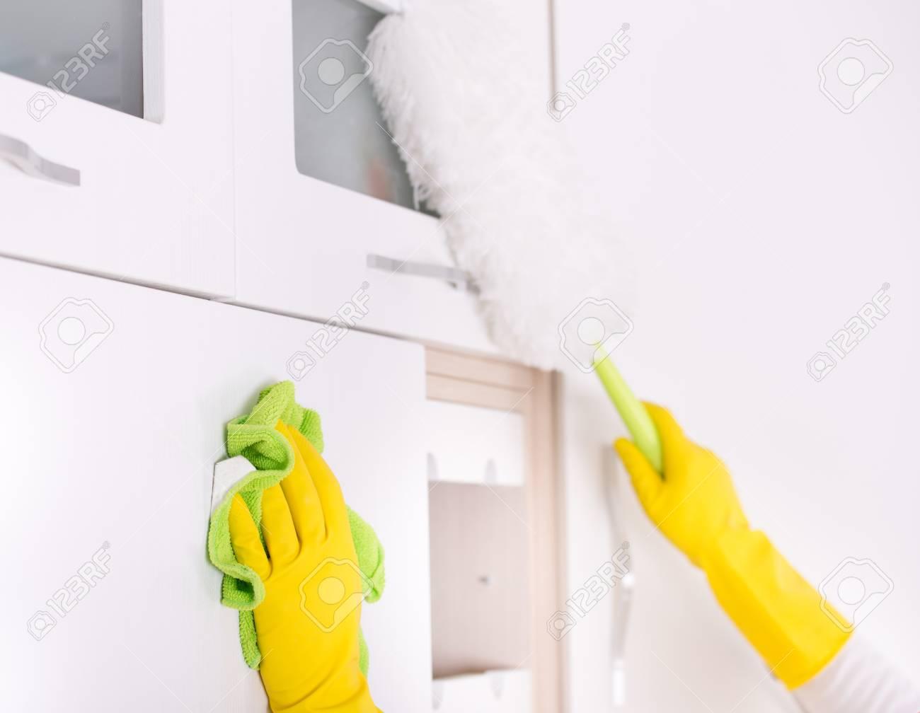 Nahaufnahme Der Menschlichen Hände Reinigung Und Entstaubung ...