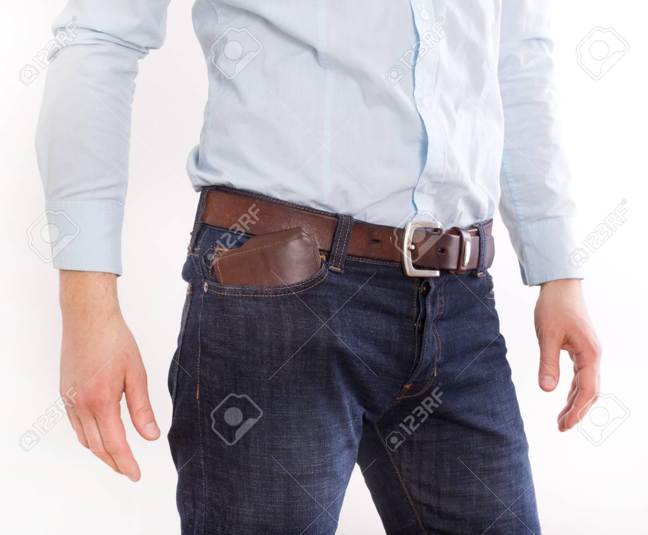 Atractivo joven en jeans y camisa con billetera de cuero marrón en el  bolsillo 2b3be495dc7