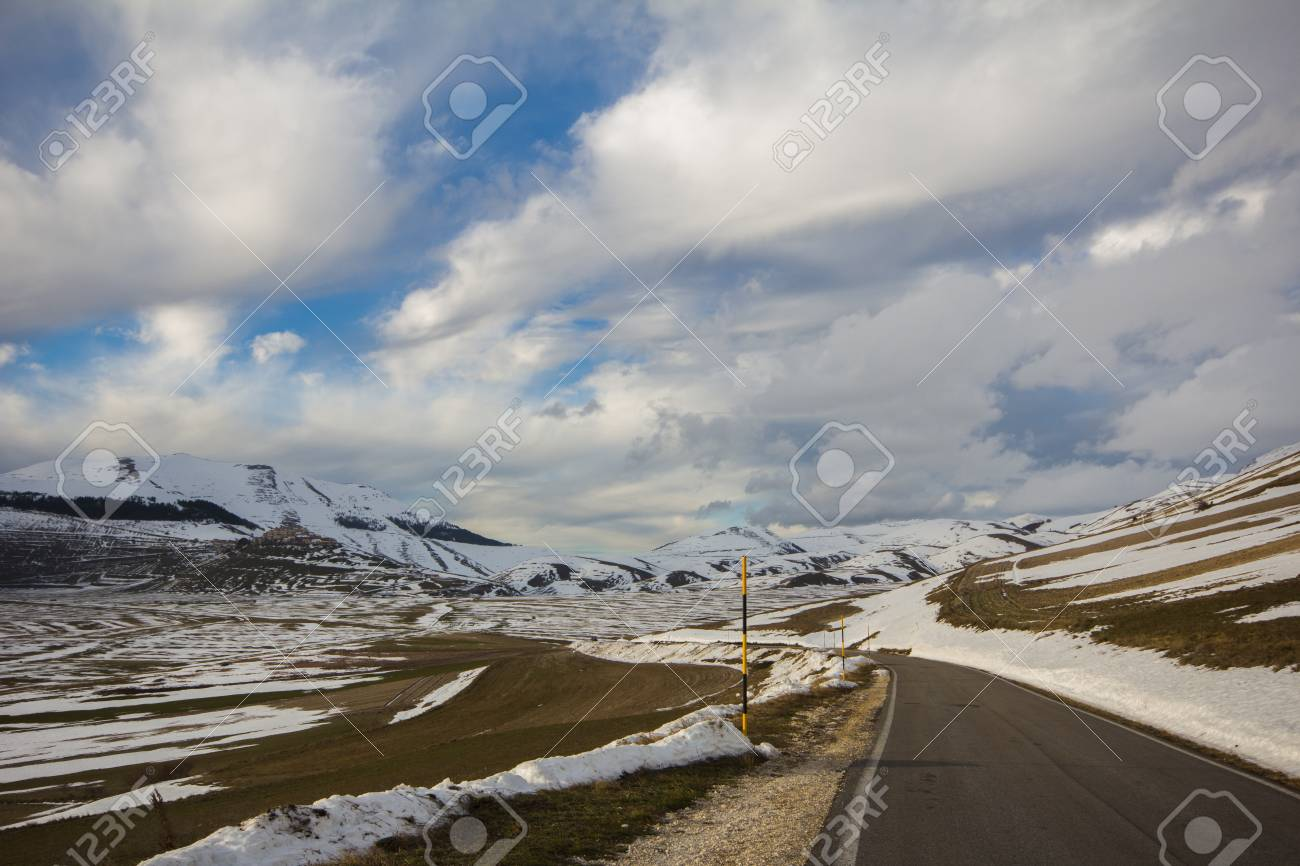 Road in the mountain of the umbria region Stock Photo - 16905158