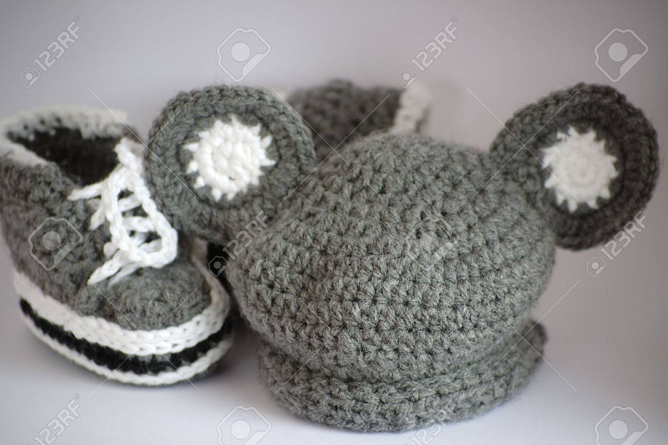 Hecho A Mano De Punto Botines De Bebé Y Un Sombrero Fotos, Retratos ...