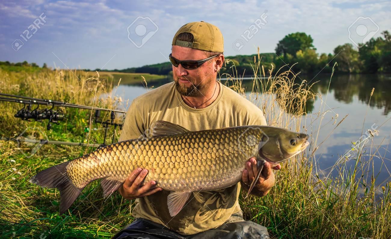 Glucklicher Angler Mit Karpfenfischentrophae Amur Graskarpfen