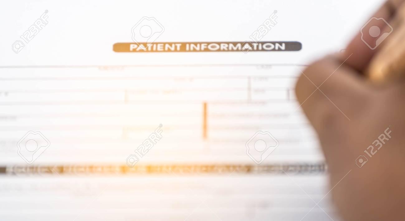 Flou de la forme de linformation des patients et un stylo sur le