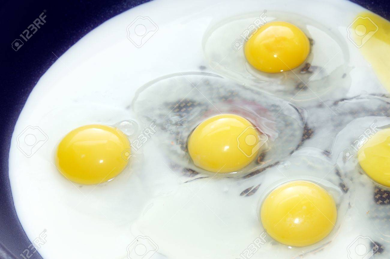 scene preparation fried eggs on pan for matutinal meal Stock Photo - 14812711