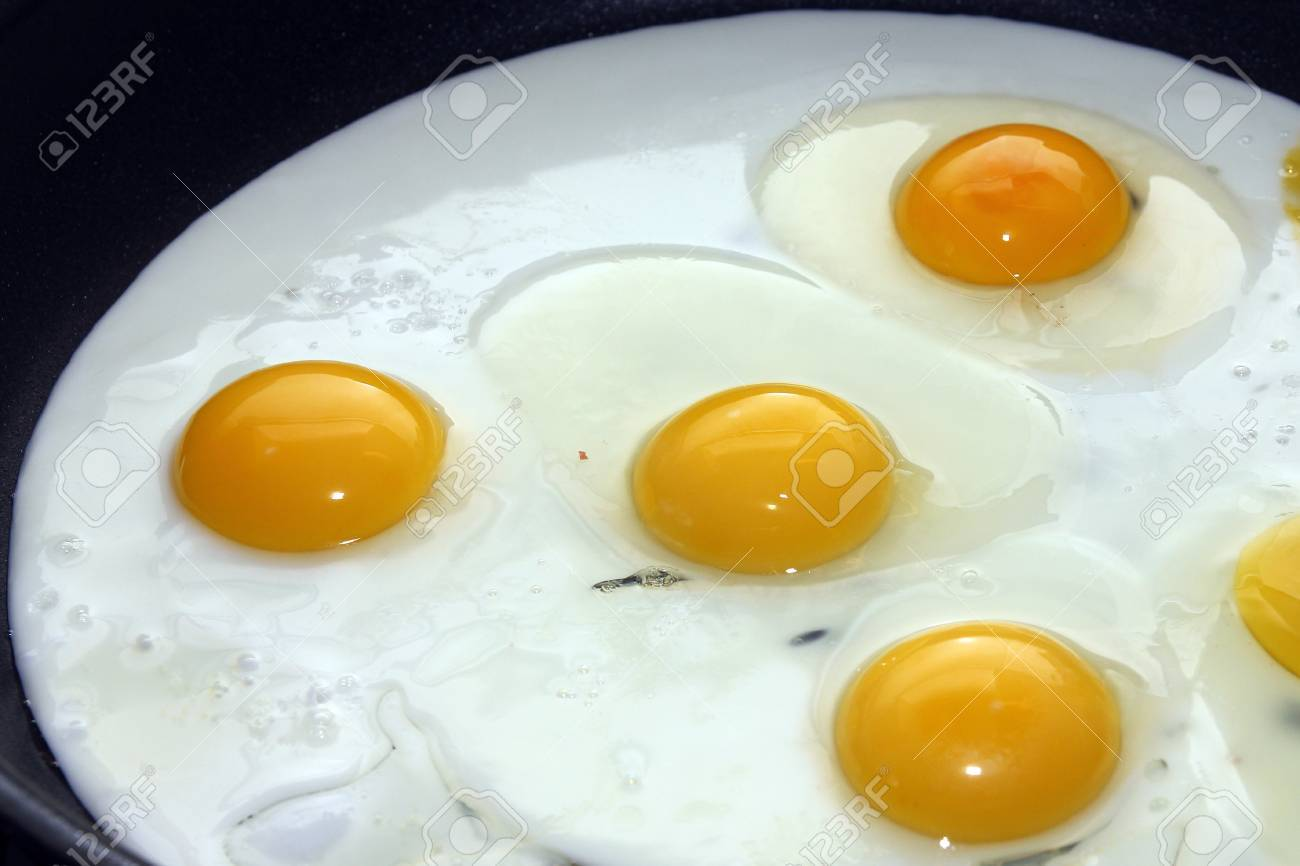 scene preparation fried eggs on pan for matutinal meal Stock Photo - 14812718