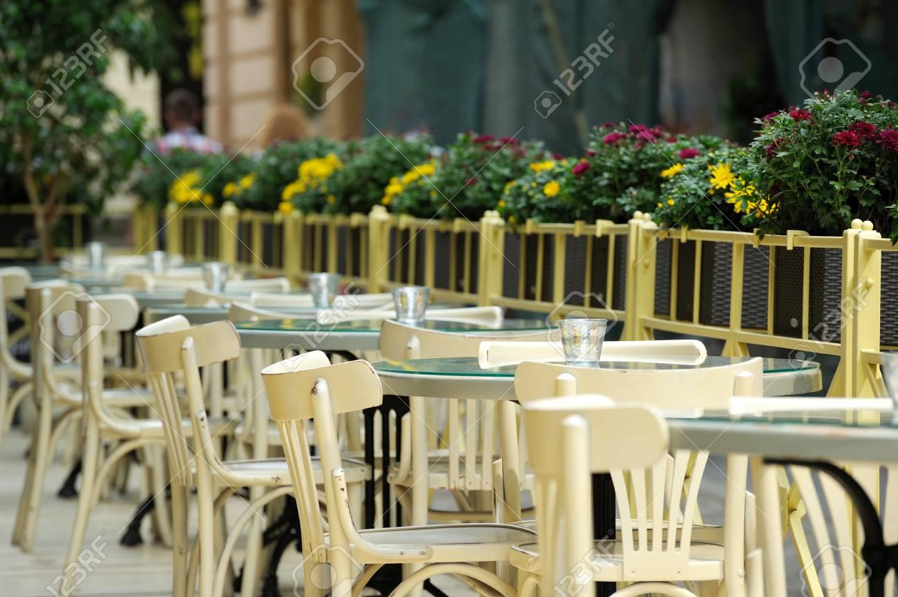 La Mesa En El Bar En La Terraza De Verano