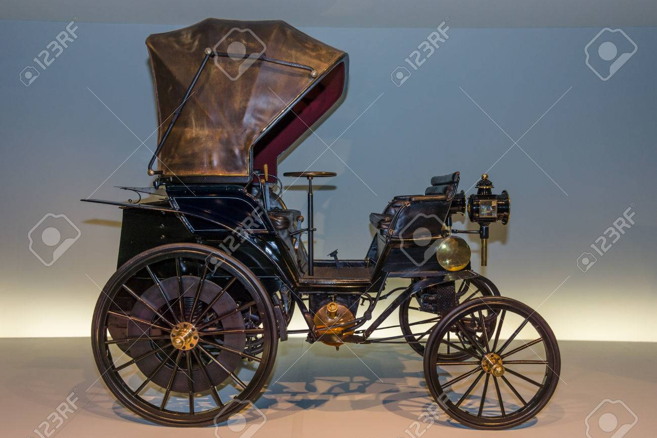 """STUTTGART, GERMANY- MARCH 19, 2016: Vintage car Daimler Riemenwagen """"Vis-a-Vis"""" (Daimler belt-driven car), 1896. Mercedes-Benz Museum. - 56313601"""