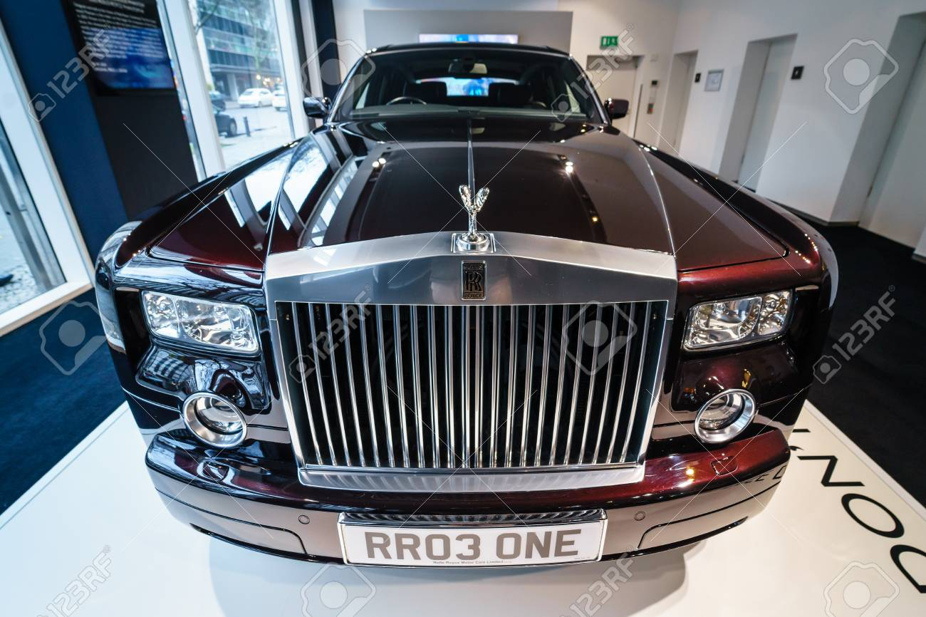 BERLIN - DECEMBER 21, 2017: Showroom. Full-size luxury car Rolls-Royce Phantom VII. Since 2003. - 92971901