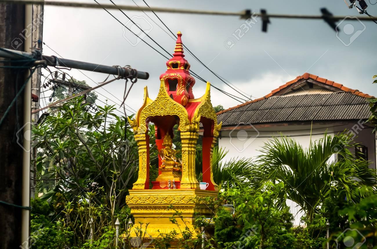 熱帯の自然の中の小さな黄金仏教...