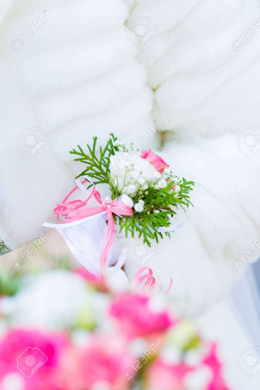 Wedding boutonniere boutonniere on a hand of the bride foto royalty banco de imagens wedding boutonniere boutonniere on a hand of the bride junglespirit Images