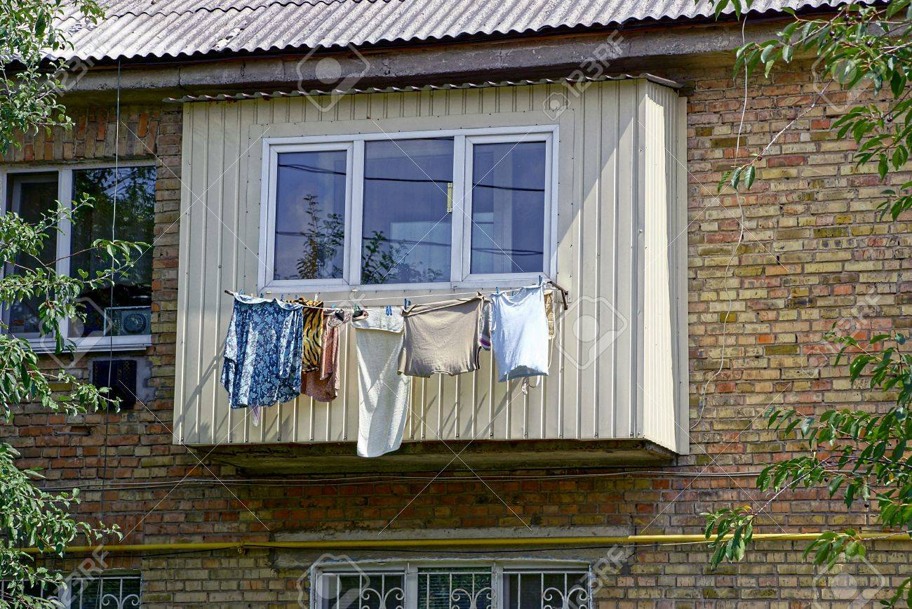Kleidung Und Wasche Trocknet Nach Dem Balkon Auf Der Wand Des Hauses