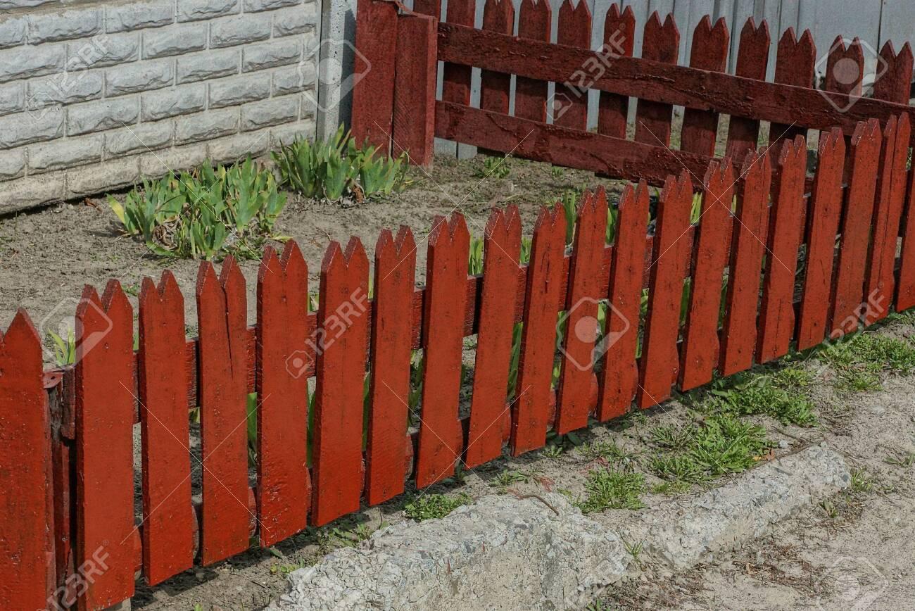 Picture of: Long Small Red Decorative Fence From Wooden Boards On The Street Fotos Retratos Imagenes Y Fotografia De Archivo Libres De Derecho Image 145007433