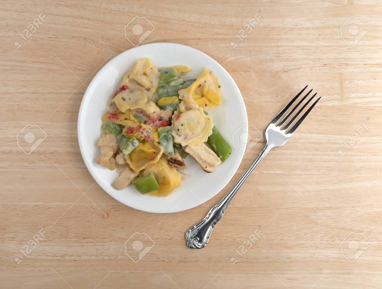 Vue De Dessus D Un Poulet Avec Tortellini Et Legumes Tv Diner Sur