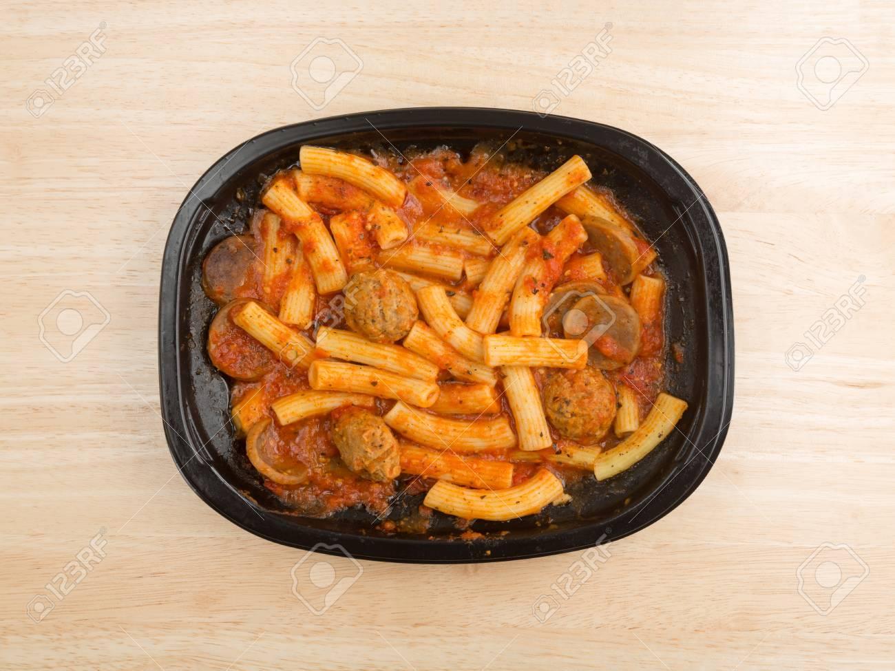 Vue De Dessus D Un Diner De Tv De Pates Rigatoni Avec Des Saucisses