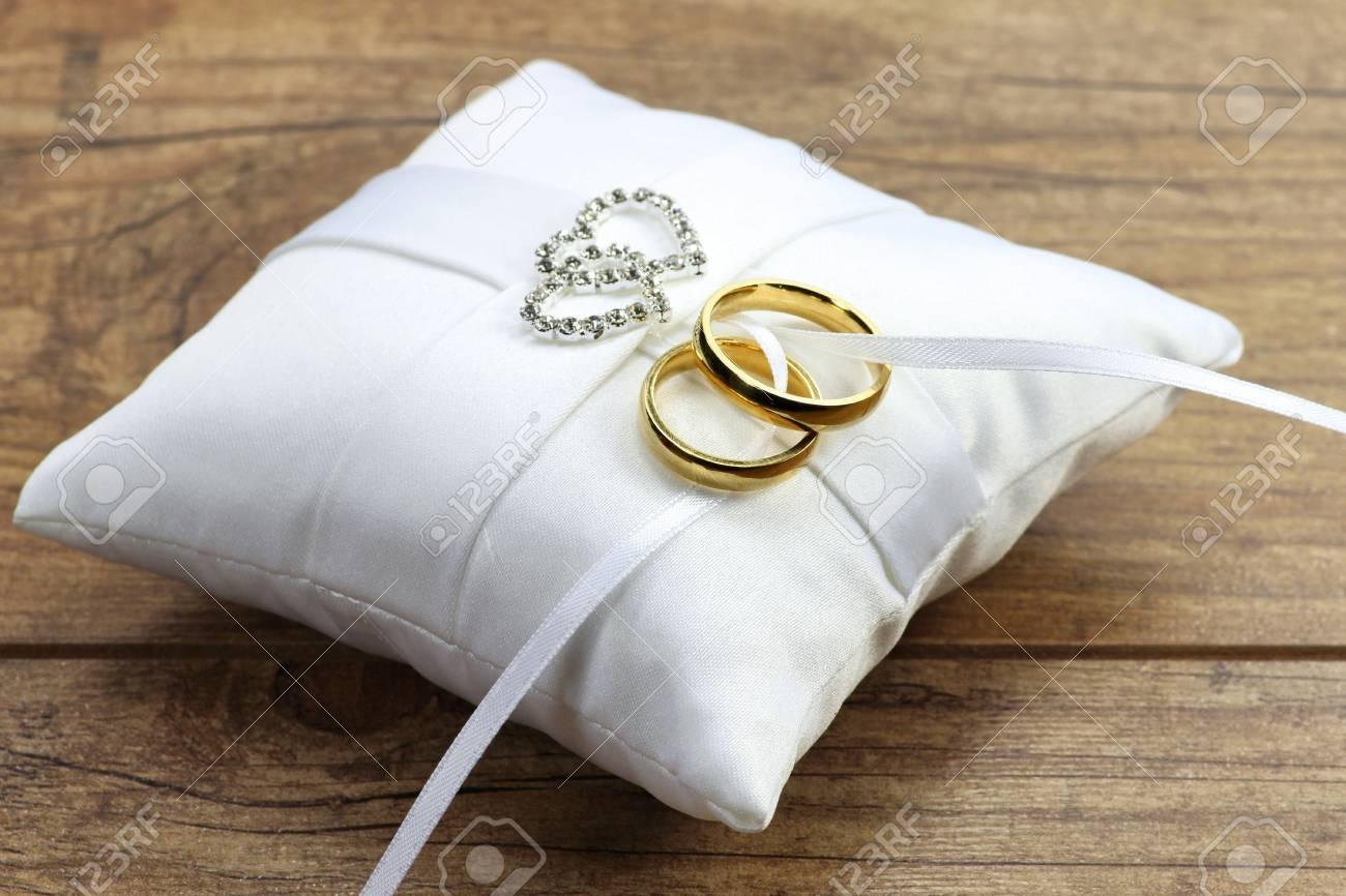 Goldene Hochzeit Ringe Auf Weissem Kissen Ringtrager Lizenzfreie