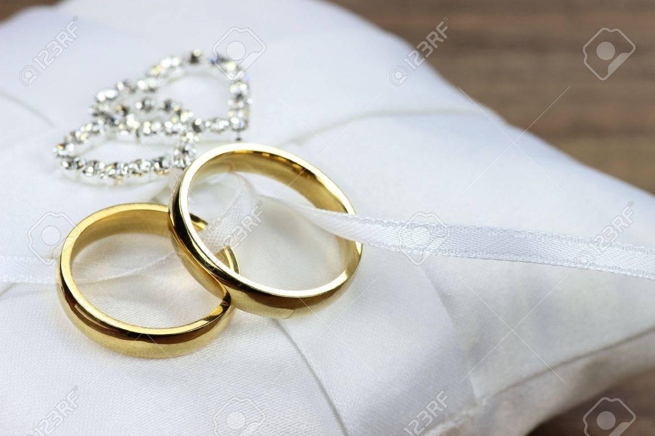 Goldene Hochzeit Ringe Auf Weissem Kissen Ringtrager