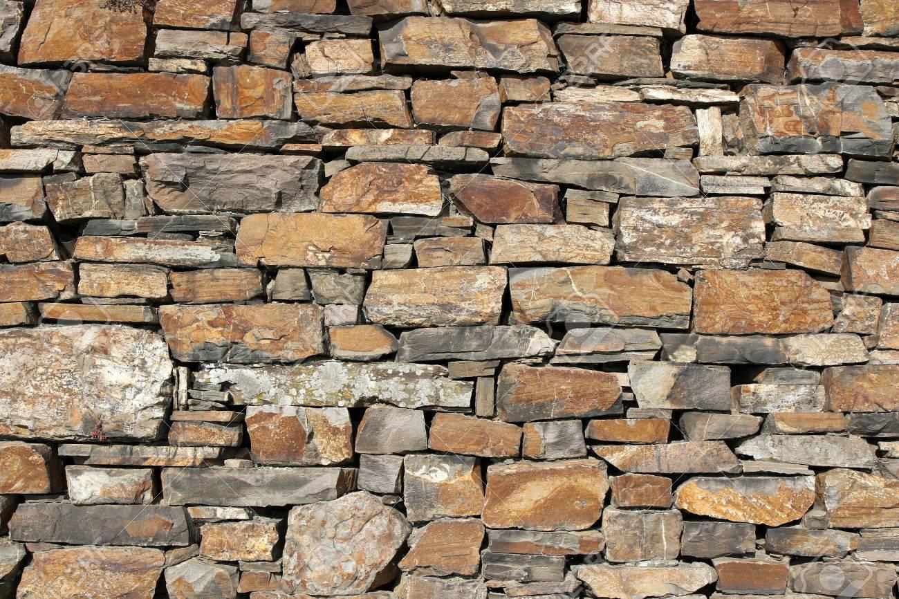 muro de piedra natural para el uso del fondo foto de archivo - Muro De Piedra