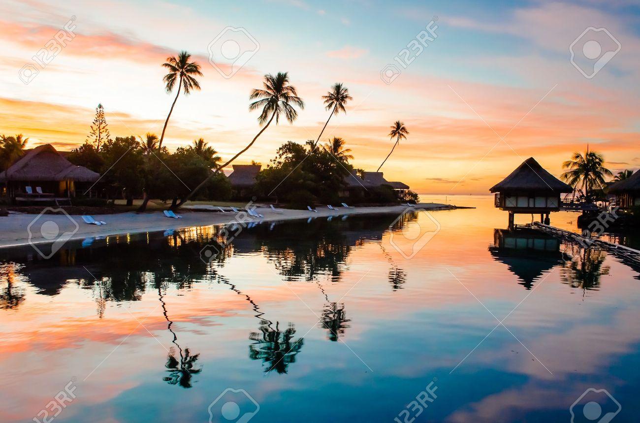 Tropical Coucher de soleil à Moorea, Polynésie française Banque d'images - 16243667
