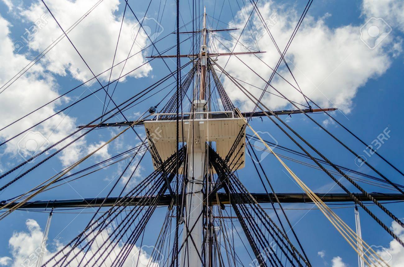 Expédier mât du navire de guerre USS Constitution, contre un ciel bleu Banque d'images - 20827336