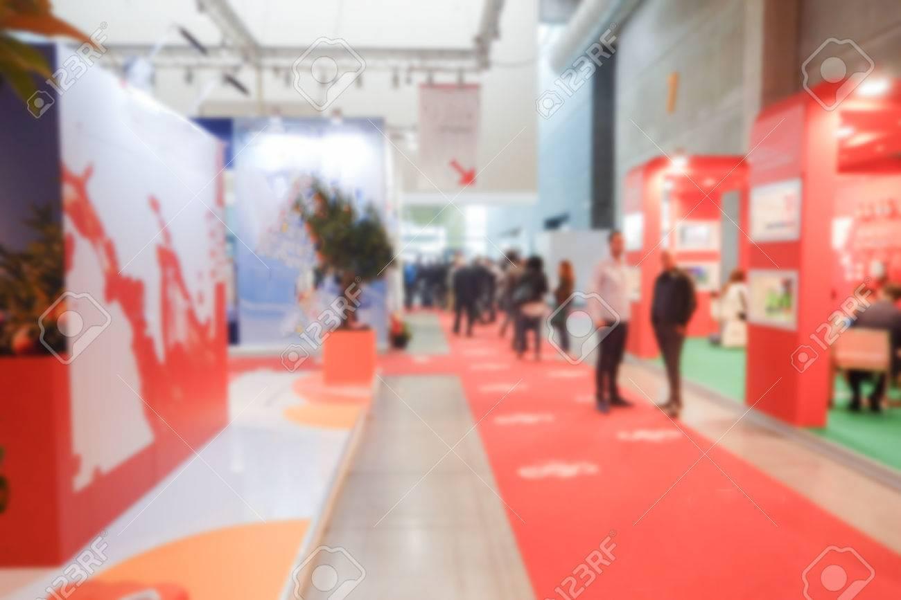 fond Defocused d'un salon avec des personnes visitant l'exposition commerciale. post-production Intentionnellement floue pour un effet bokeh Banque d'images - 58923717