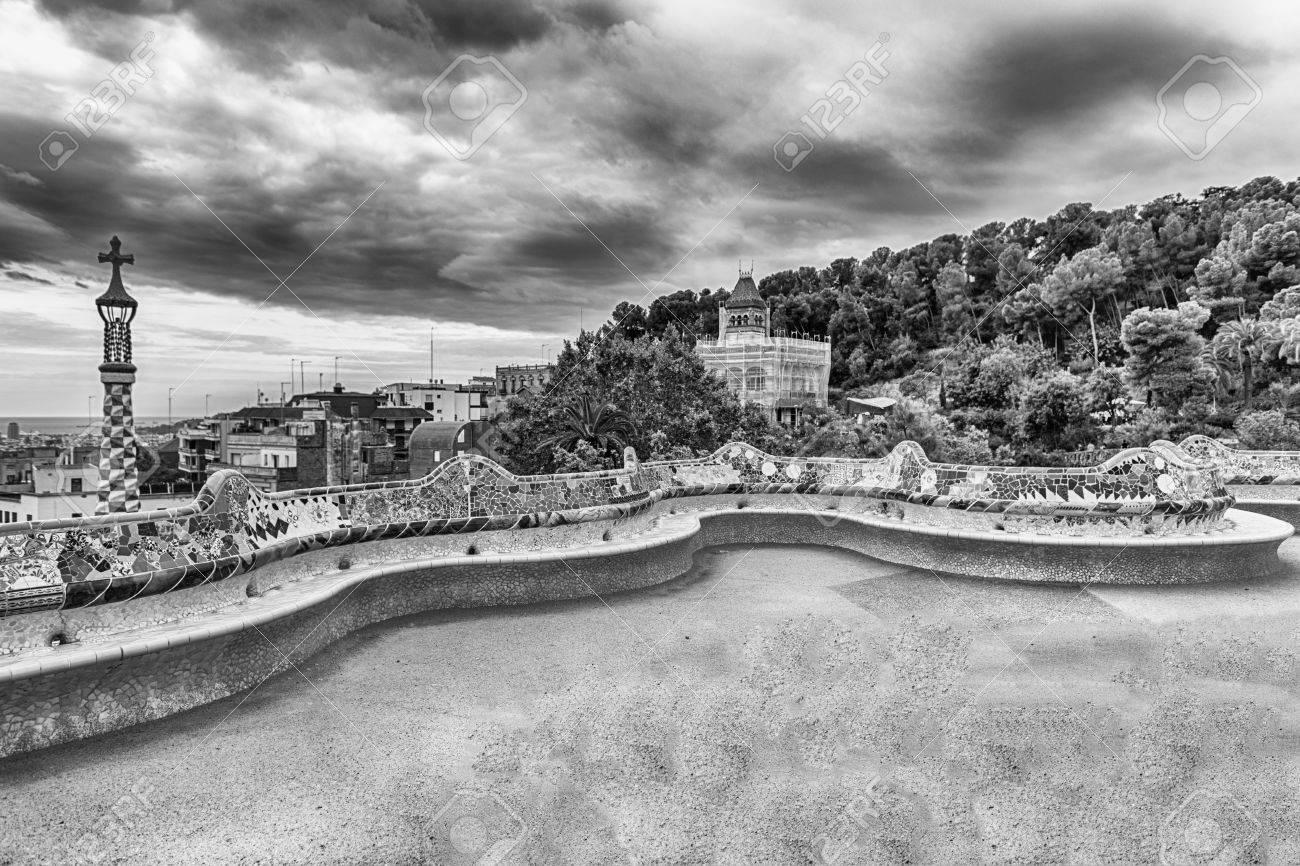 Terraza Principal Con Forma única Del Banco Serpentino Hecho De Mosaicos De Cerámica En Park Guell Barcelona Cataluña España