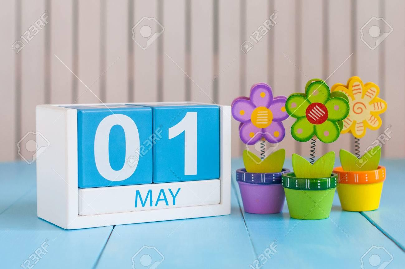 Calendario Internazionale.1 Maggio Immagine Del 1 Maggio In Legno Calendario Colori Su Sfondo Bianco Con I Fiori Giorno Di Primavera Spazio Vuoto Per Il Testo Giornata