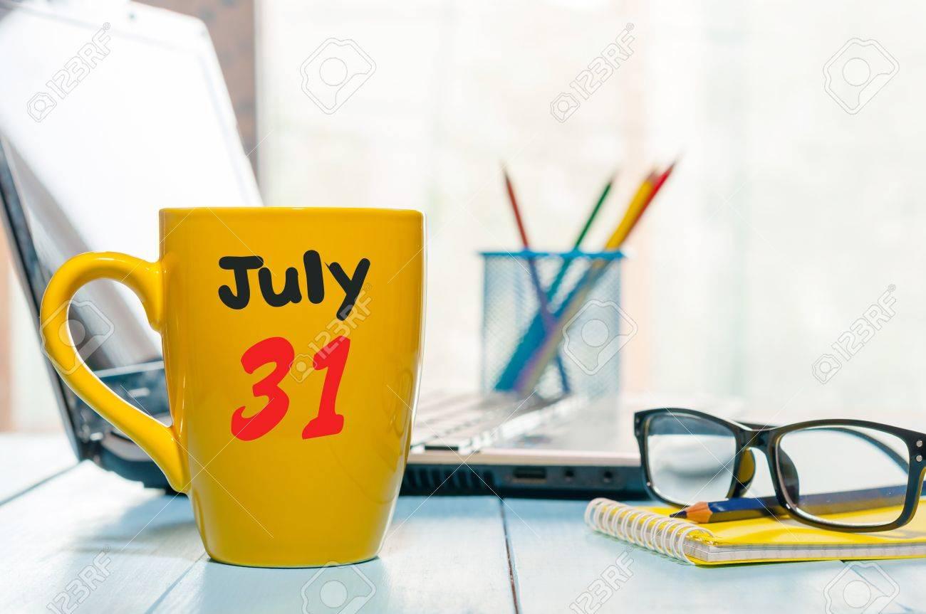 Calendario 31 Luglio.31 Luglio Giorno 31 Del Mese Calendario Di Colore Sulla Tazza Di Caffe Di Mattina Sullo Sfondo Del Posto Di Lavoro