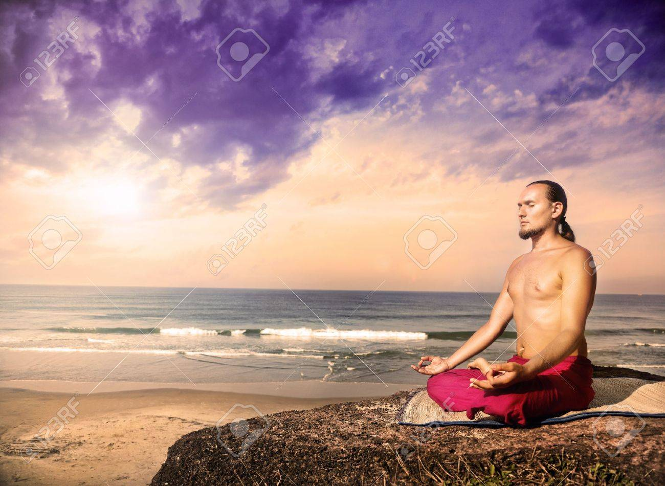 Yoga-Meditation Im Lotussitz Durch Mann Mit Langen Haaren In Roten ...