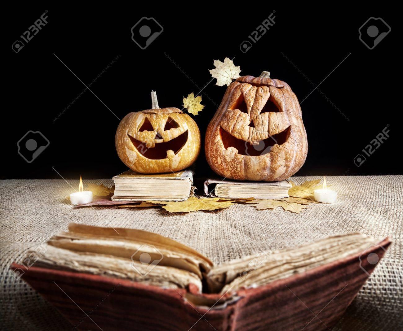 Citrouilles D Halloween Lecture Du Livre Ancien A Fond Noir