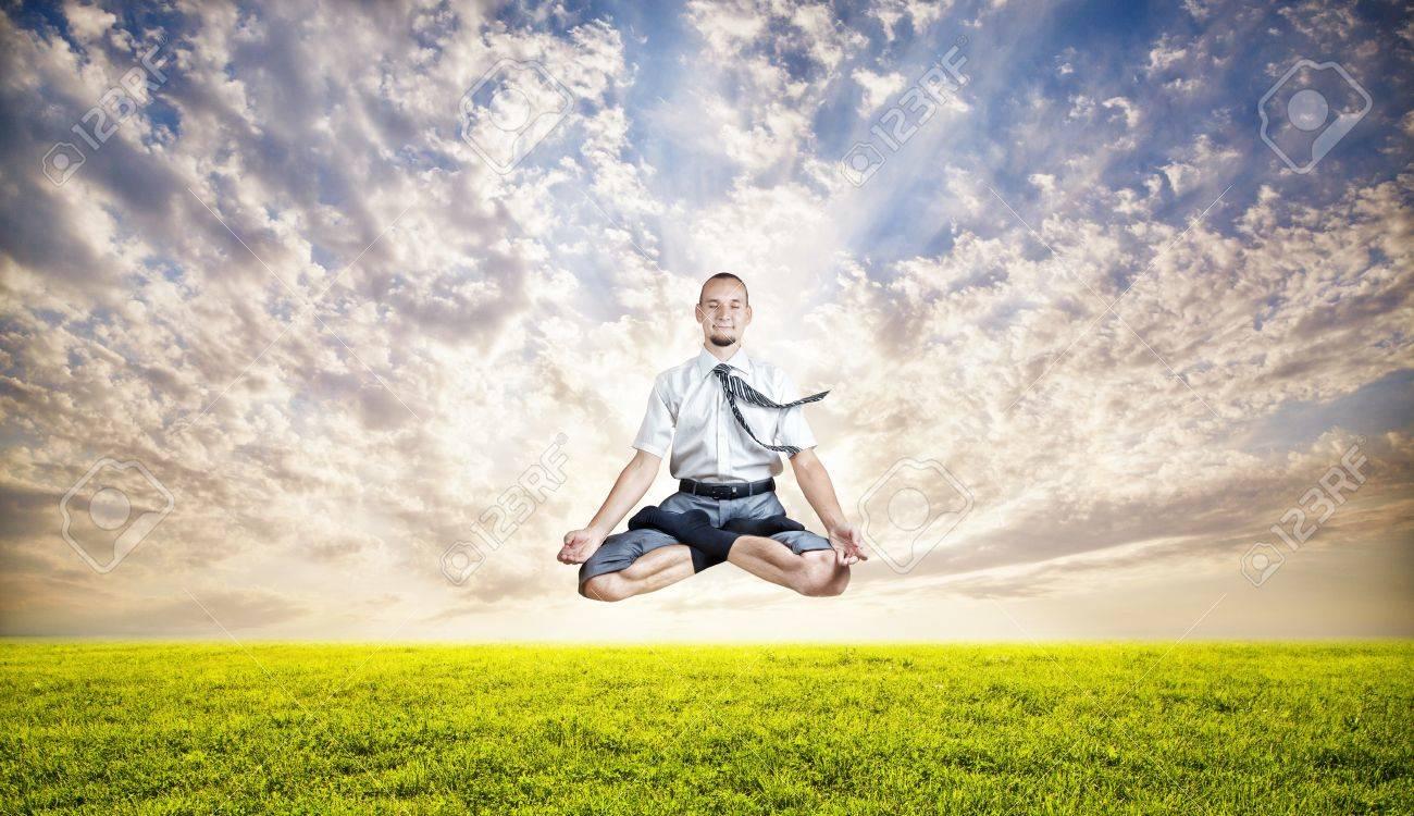 Geschäftsmann Macht Yoga Meditation Und Schwebt Unter Dem Grünen ...