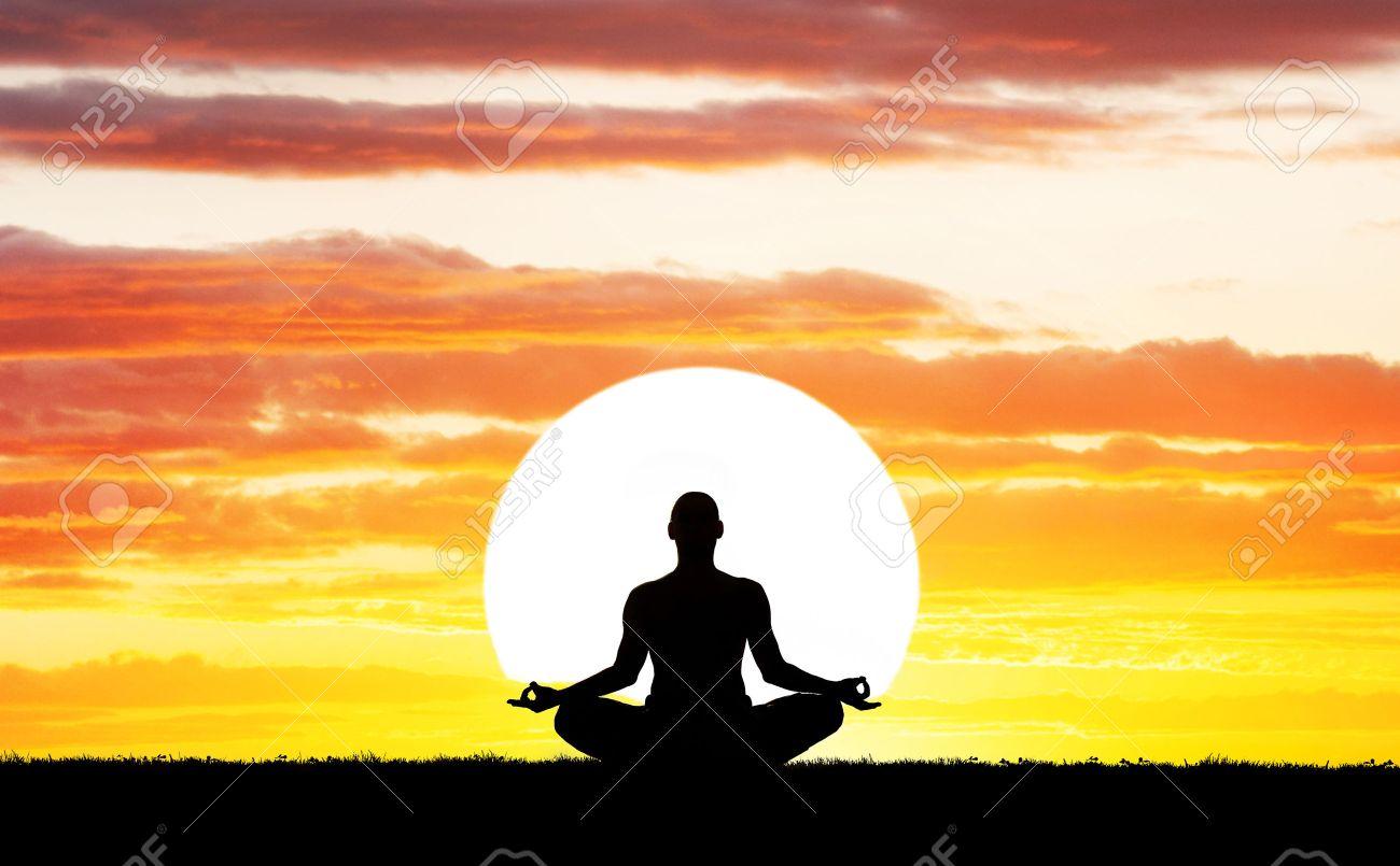Man Silhouette In Yoga-Meditation Pose Auf Große Sonne Hintergrund ...