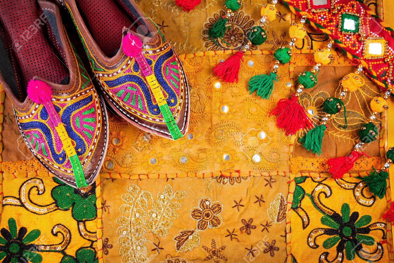 Bunten Ethnischen Schuhe Und Zigeunerband Auf Gelbem