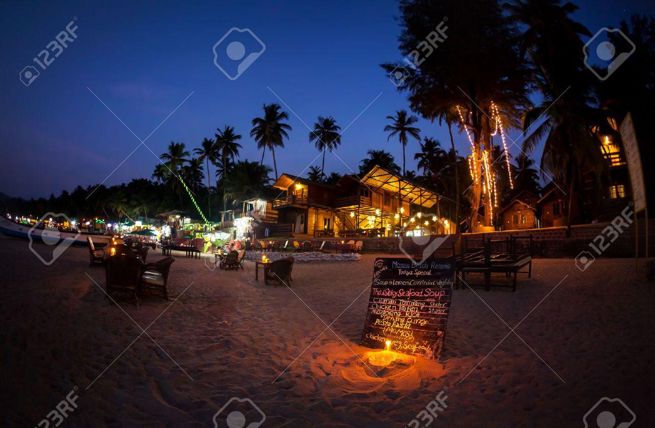 Romantica spiaggia con ristorante e menù con illuminazione candela