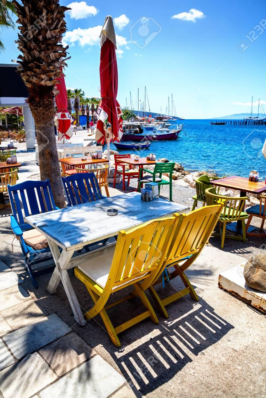 Bunte Stühle Und Weißen Tisch Im Restaurant Am Meer In Bodrum ...