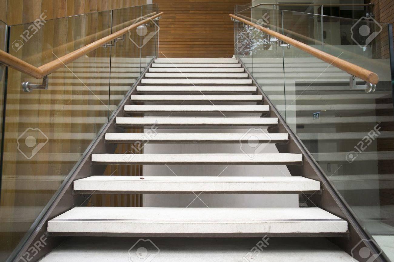 modernas escaleras blancas con pasamanos de madera foto de archivo