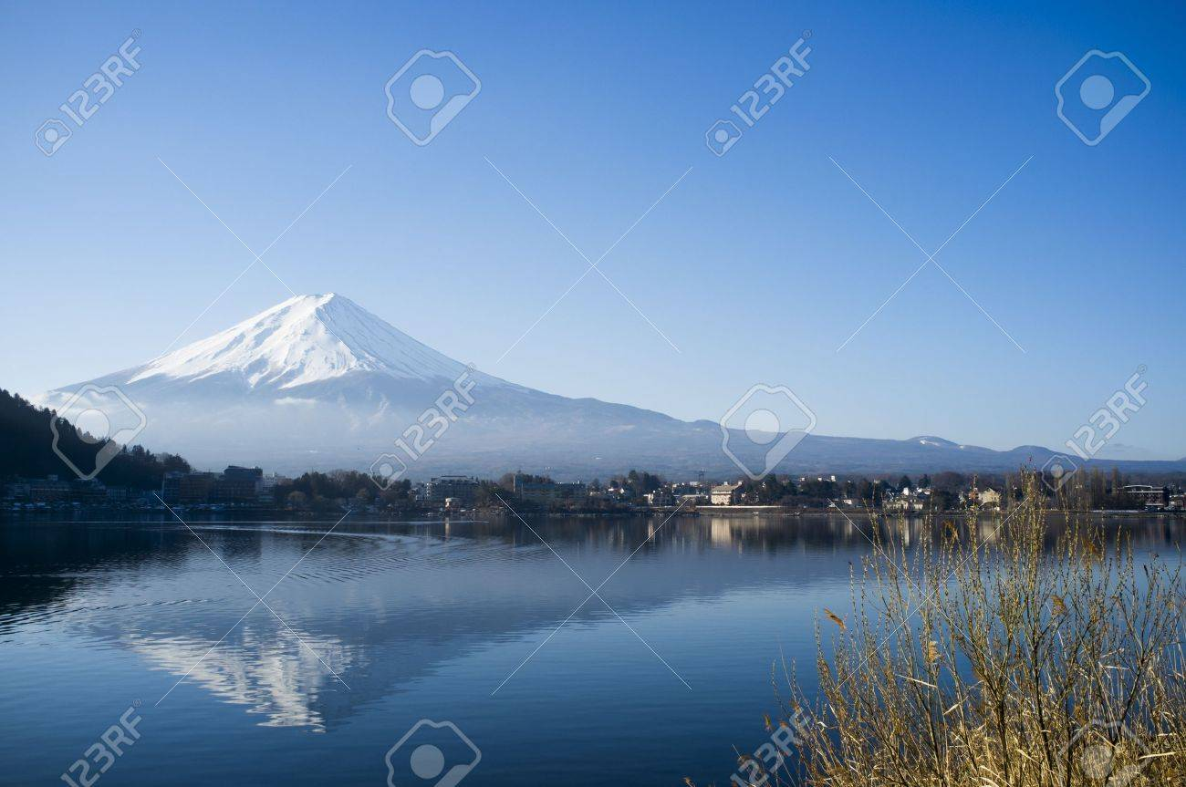 Mt Fuji view from the lake Stock Photo - 18775472