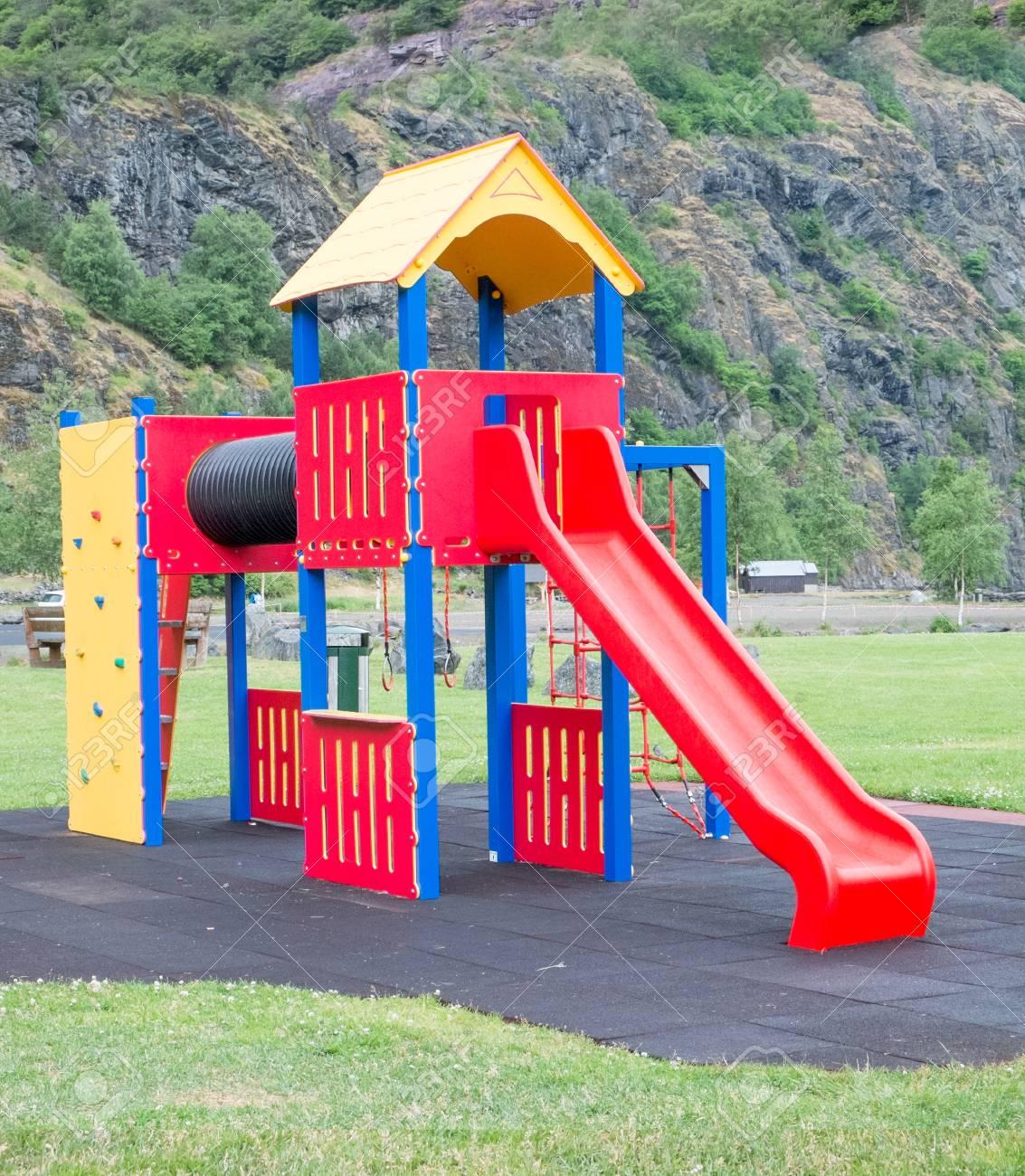 Ninos Coloridos Juegos Infantiles En El Parque En El Parque Fotos