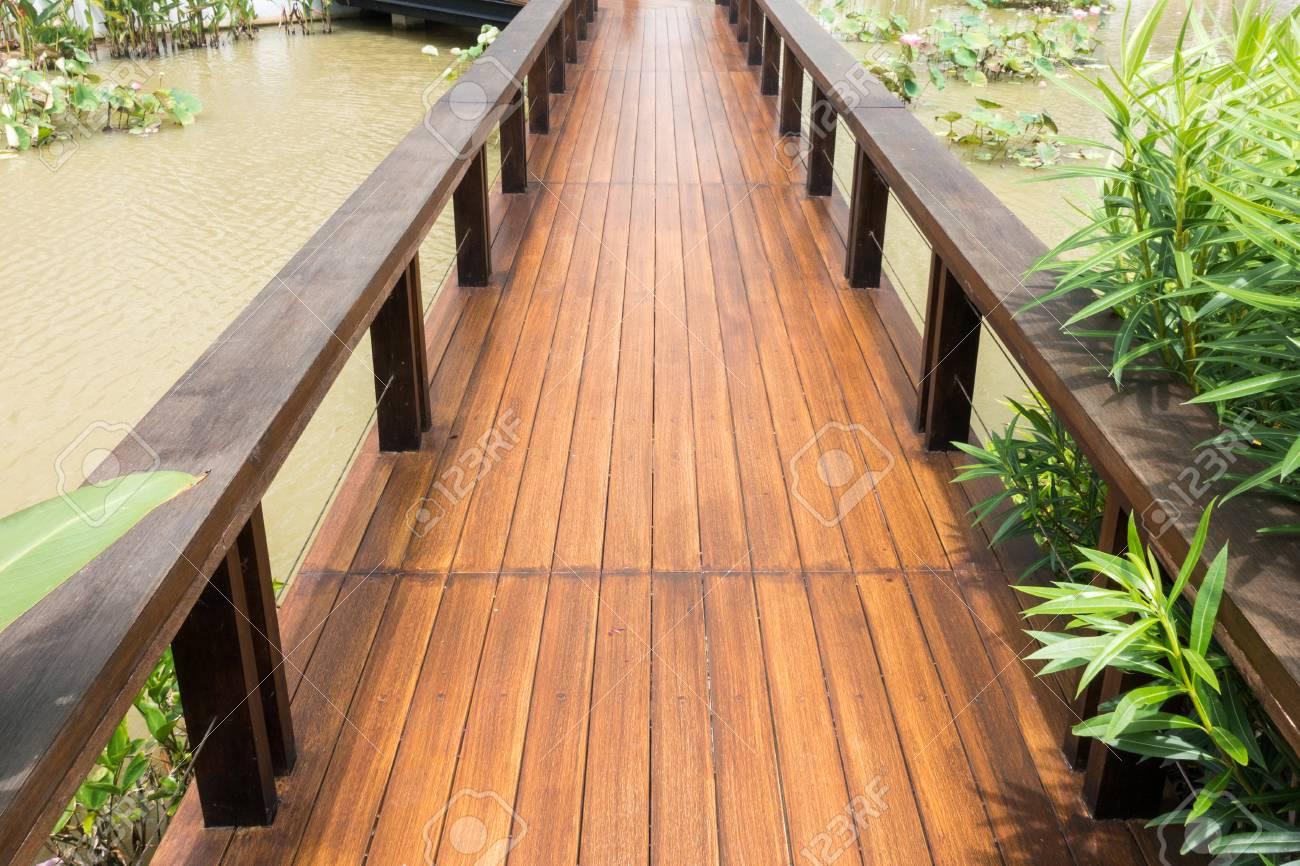 Holzbrücke Im Garten Lizenzfreie Fotos Bilder Und Stock Fotografie
