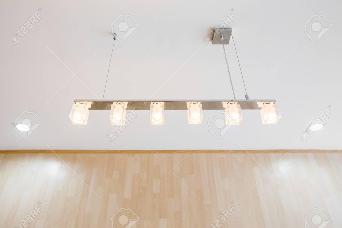 Lampe moderne suspendue dans la salle de bureau banque d images et