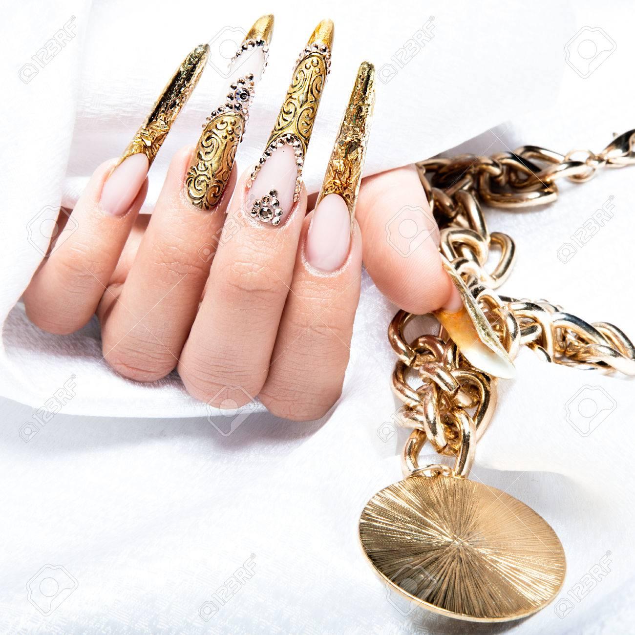 Schöne Lange Nägel In Eine Gold Design Mit Strasssteinen. Nagelkunst ...