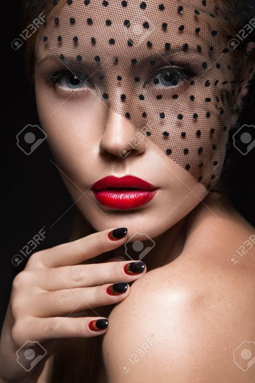 Красивые девушки под вуалью