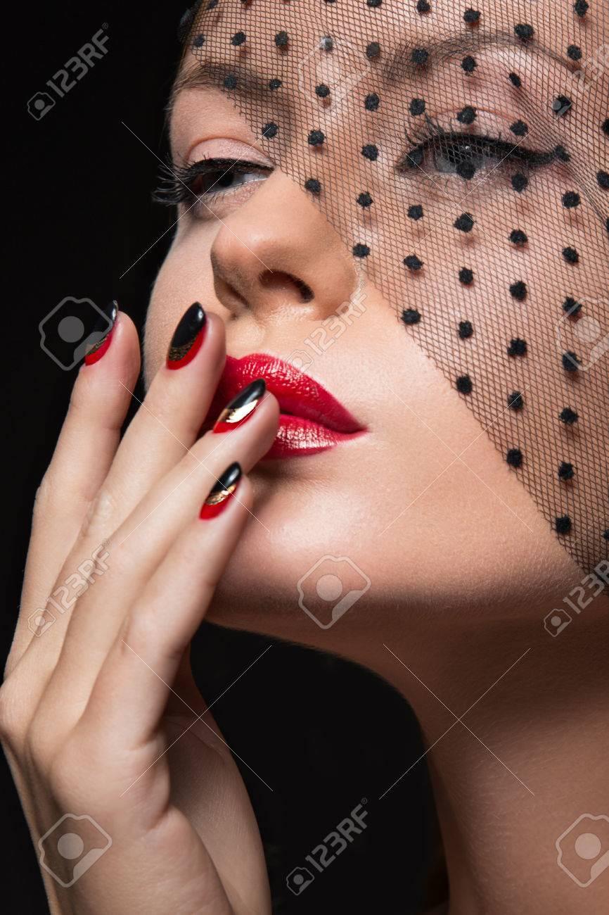 La Muchacha Hermosa Con Un Velo Maquillaje De Noche Las Uñas Negras Y Rojas Manicura Diseño Cara De La Belleza Fotografía Tomada En El Estudio